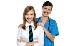 Docteur gracieux posant avec son patient d'adolescent Image libre de droits