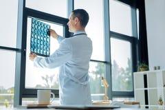 Docteur habile futé se tenant près de la fenêtre Photo libre de droits