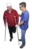 Docteur Help un homme avec la patte cassée Images stock