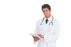 Docteur heureux à l'aide d'un comprimé Photo stock