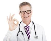 Docteur heureux de sourire donnant un geste parfait Photos libres de droits