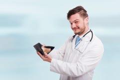 Docteur heureux de yound tenant son portefeuille avec des euros Images libres de droits