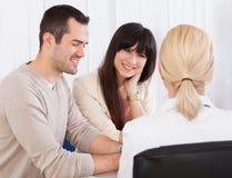 Docteur heureux Discussing With Couple Photo libre de droits
