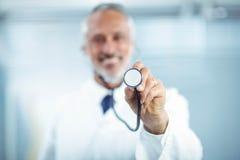 Docteur heureux tenant le stéthoscope images libres de droits