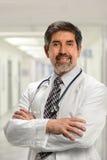 Docteur hispanique Inside Hospital Photographie stock libre de droits