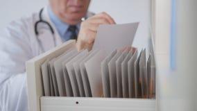 Docteur Image dans un bureau d'hôpital écrivant dans un document médical image stock
