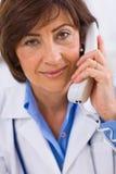 Docteur invitant le téléphone Image stock
