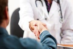 Docteur : Le patient rencontre le nouveau docteur photographie stock libre de droits