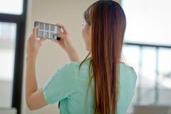Docteur Looking de femme à la radiographie de rayon X Photographie stock libre de droits