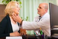 Docteur mâle avec le patient féminin Photographie stock libre de droits