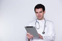 Docteur mâle avec le PC de tablette photo stock