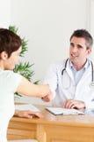 Docteur mâle saluant un patient Photo stock