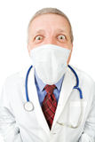 Docteur mûr dans le masque regardant fixement l'appareil-photo Photos libres de droits