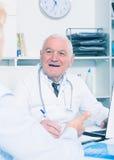 Docteur masculin avec le client féminin Photographie stock libre de droits