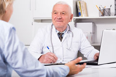 Docteur masculin avec le client féminin Image stock