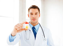 Docteur masculin avec le pot de capsules Photo stock