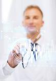 Docteur masculin avec le stéthoscope et le cardiogramme Images stock