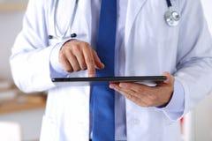 Docteur masculin de médecine tenant le PC numérique de comprimé photos libres de droits