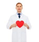 Docteur masculin de sourire avec le coeur rouge Photo libre de droits
