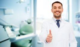 Docteur masculin de sourire montrant des pouces  image libre de droits