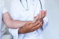 Docteur masculin donnant le traitement d'acupressure de paume au patient photo libre de droits