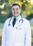 Docteur masculin hispanique beau Portrait Outdoors photographie stock