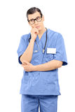 Docteur masculin intéressé d'isolement sur le fond blanc Photo libre de droits