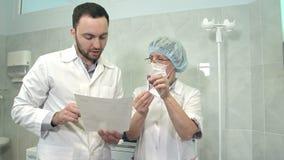 Docteur masculin parlant pour soigner tenir la prise de sang