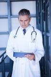 Docteur masculin sérieux à l'aide du comprimé numérique Images stock