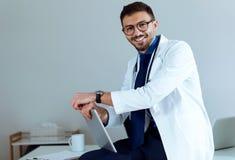 Docteur masculin sûr souriant et regardant l'appareil-photo dans le bureau Photo libre de droits