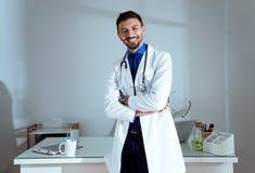 Docteur masculin sûr souriant et regardant l'appareil-photo dans le bureau Image libre de droits