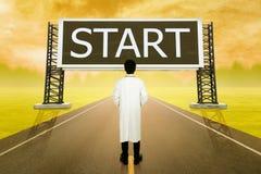 Docteur masculin se tenant sur la route et regardant avec le grand signe de l'étoile Photo libre de droits
