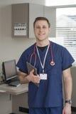 Docteur masculin souriant tout en tenant le comprimé pour information l'information médicale illustration de vecteur