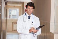 Docteur masculin Standing avec le dossier Image stock