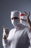 Docteur masculin tenant le récipient en plastique vide pour rassembler la mère Photographie stock