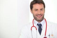 Docteur masculin tenu souriant Image libre de droits