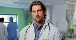 Docteur masculin utilisant le comprimé numérique dans la salle 4k banque de vidéos