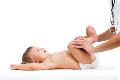 Docteur massant ou faisant le bébé de gymnastique Photo libre de droits