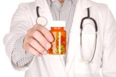 Docteur With Medication dans des bouteilles de prescription photos stock