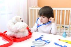 Docteur mignon de jeux de petit enfant Images libres de droits