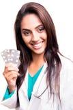 Docteur montrant des pilules Images libres de droits