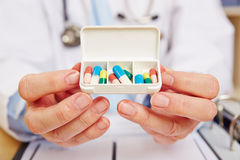 Docteur montrant le distributeur de pilule avec le médicament Image libre de droits