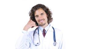 docteur montrant le geste de signe de main d'appel téléphonique Soins de santé image libre de droits