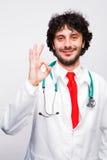 Docteur montrant le signe et le sourire corrects Photo libre de droits