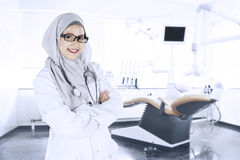Docteur musulman sûr dans la clinique dentaire images stock