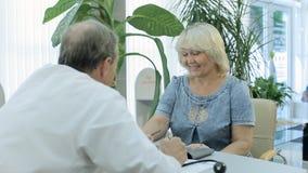 Docteur parlant au patient à une réception banque de vidéos