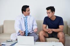 Docteur parlant au patient Images libres de droits