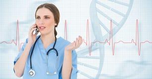 Docteur parlant au téléphone portable sur le fond médical Image stock