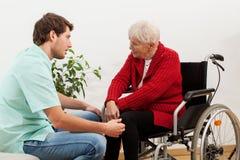 Docteur parlant avec le patient handicapé Images libres de droits