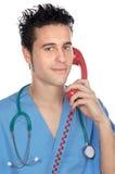 Docteur parlant du téléphone Images stock
